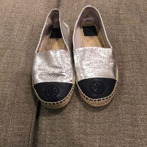 Tory Burch Silver espadrille flat w/ navy blue toe